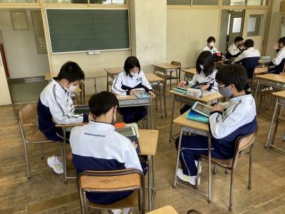 密を避けるため教室を分け机も離しています